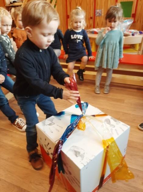 Een groot cadeau en veel lekkers van Sint en Zwarte Piet!