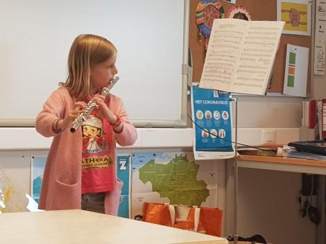 Isolde speelt dwarsfluit in de klas